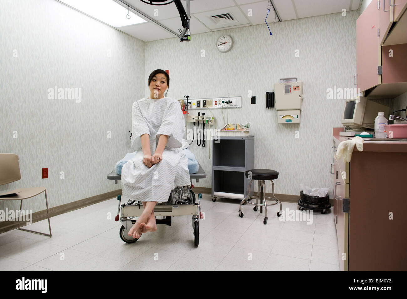 Female patient attendent avec impatience dans l'examen de prix Photo Stock