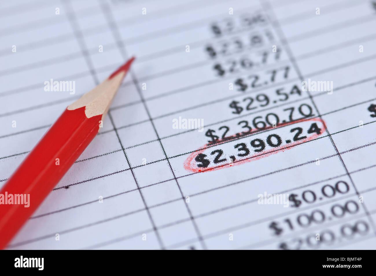 Crayon rouge et document financier Banque D'Images