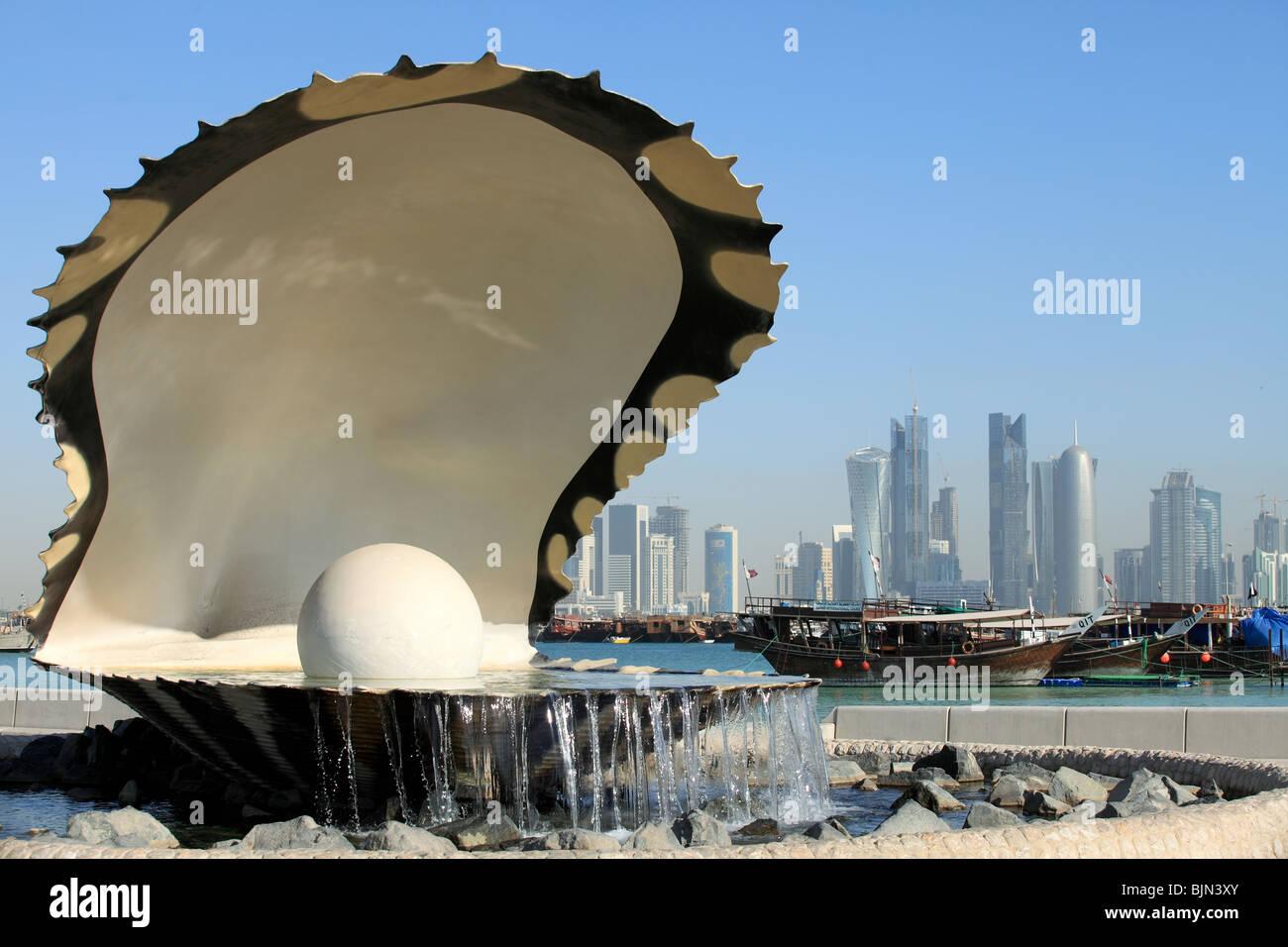 L'huître perlière et fontaine sur la corniche, dans le centre de Doha, au Qatar, avec le boutre et Photo Stock