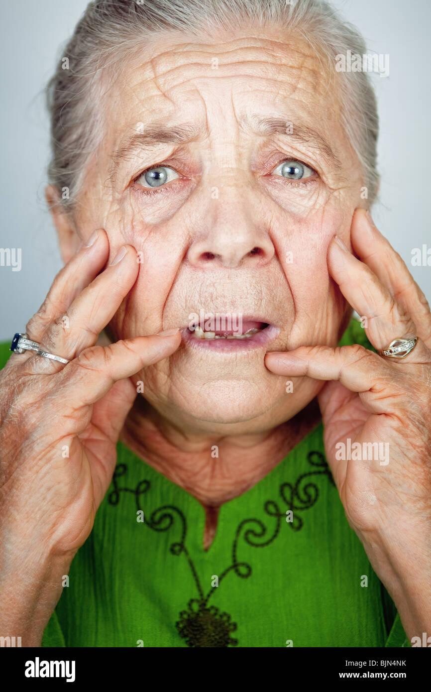Portrait de peur et inquiète la haute dame ridée Photo Stock