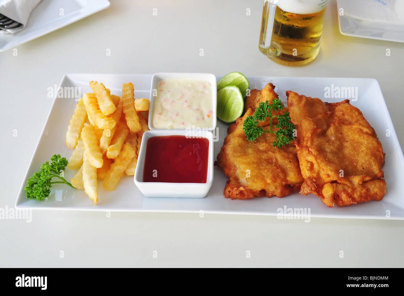 Fish and chips sur la table à café de rue Photo Stock