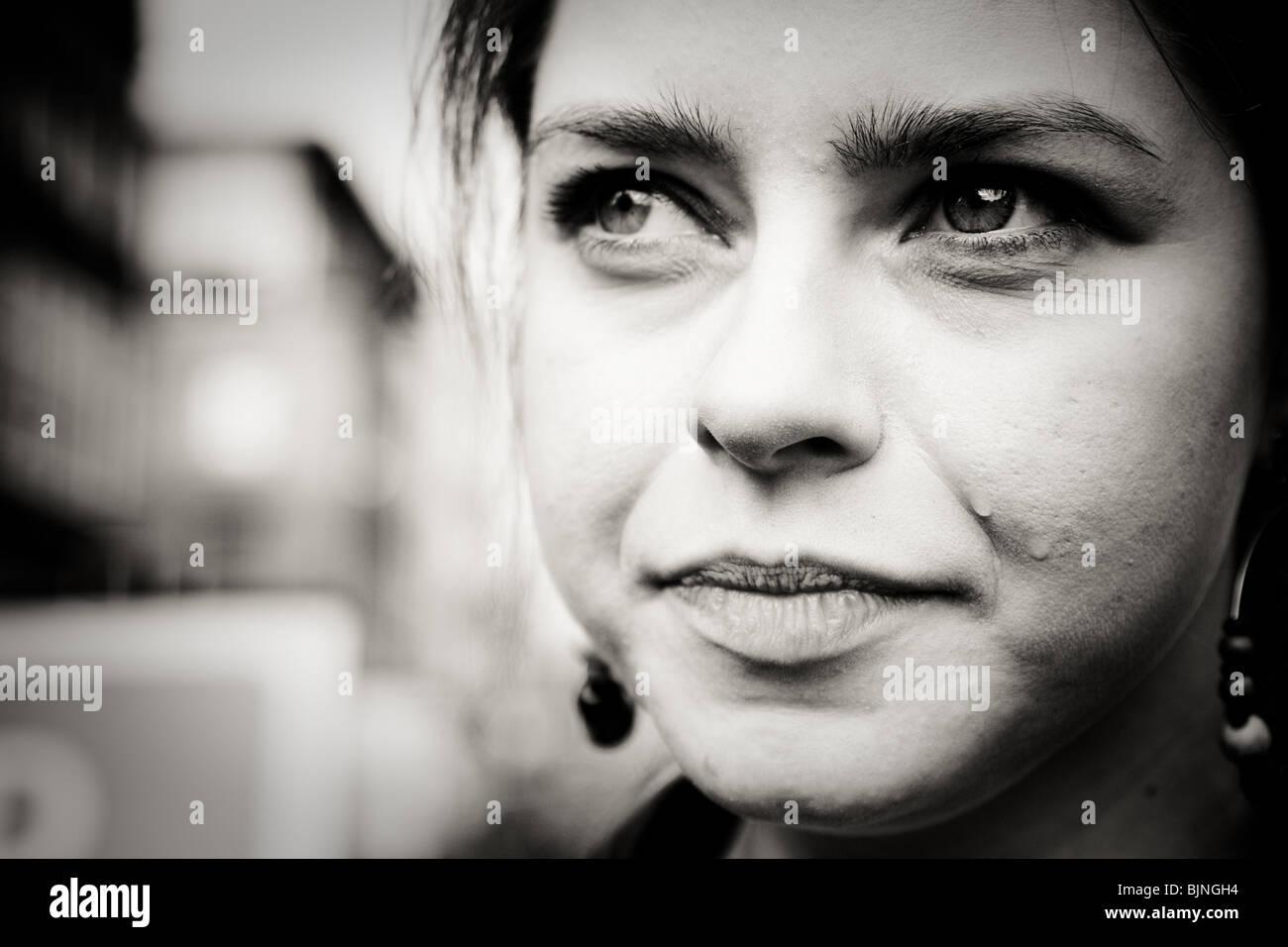 Femme En Larme gros plan du visage de femme avec une larme rouler sur sa joue à