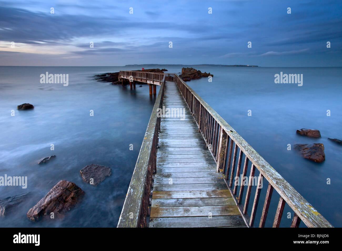 Jetée de casseroles rochers sur la côte d'Antrim. L'Irlande du Nord. Photo Stock