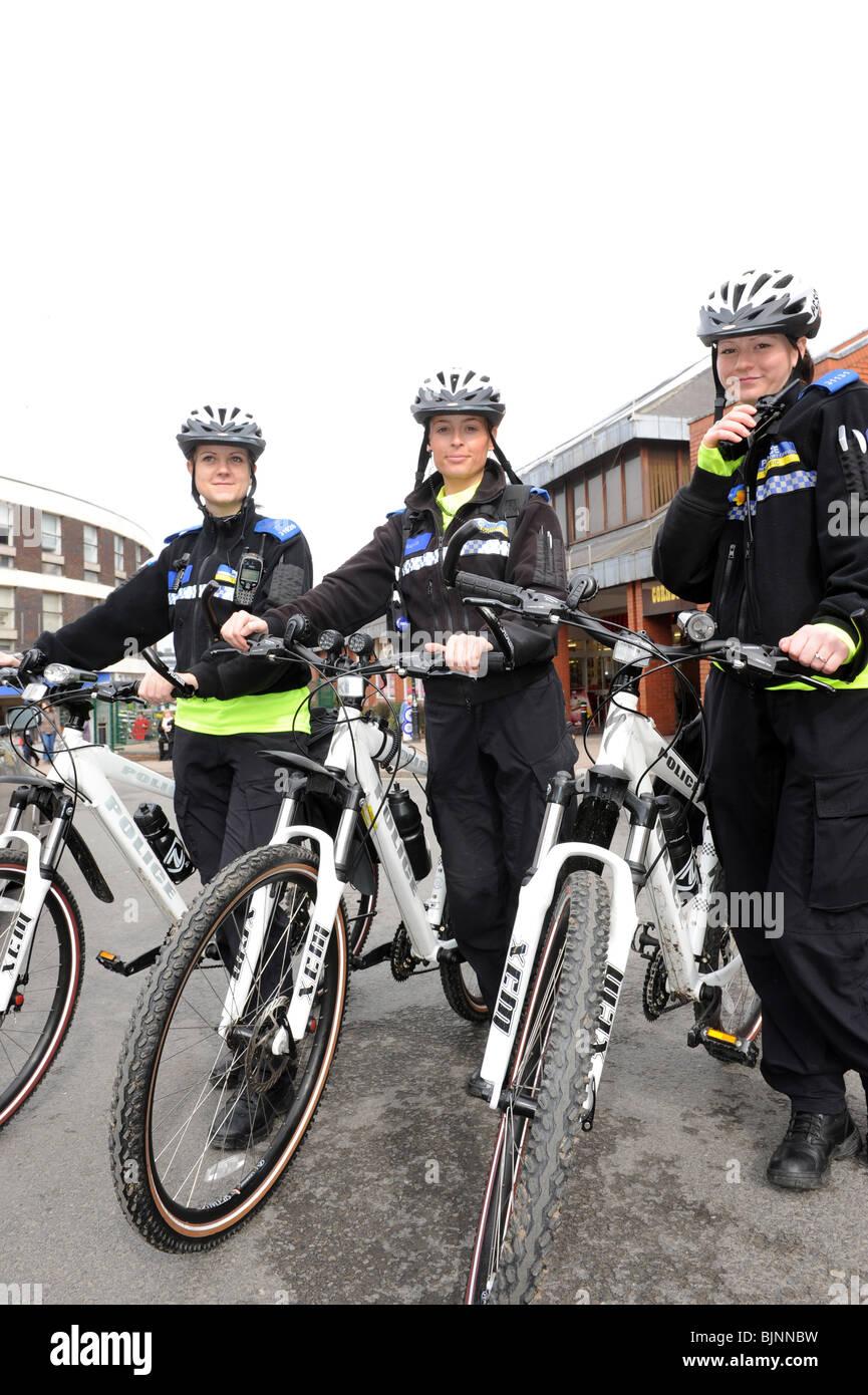 Trois agents de police le soutien communautaire à patrouiller sur un VTT en Halesowen England Uk Photo Stock