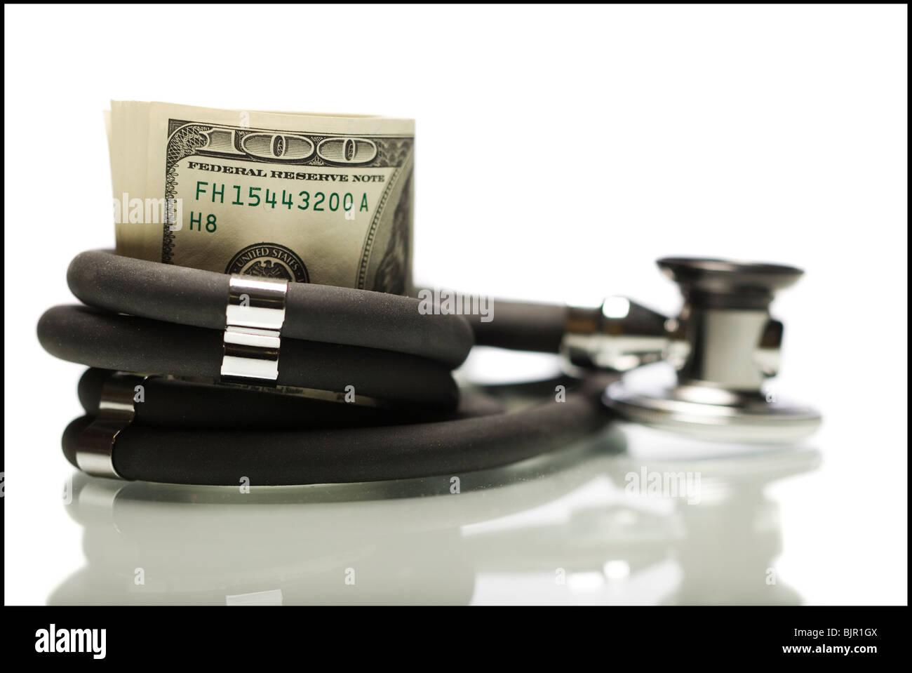 De l'argent enveloppé dans un stéthoscope. Photo Stock