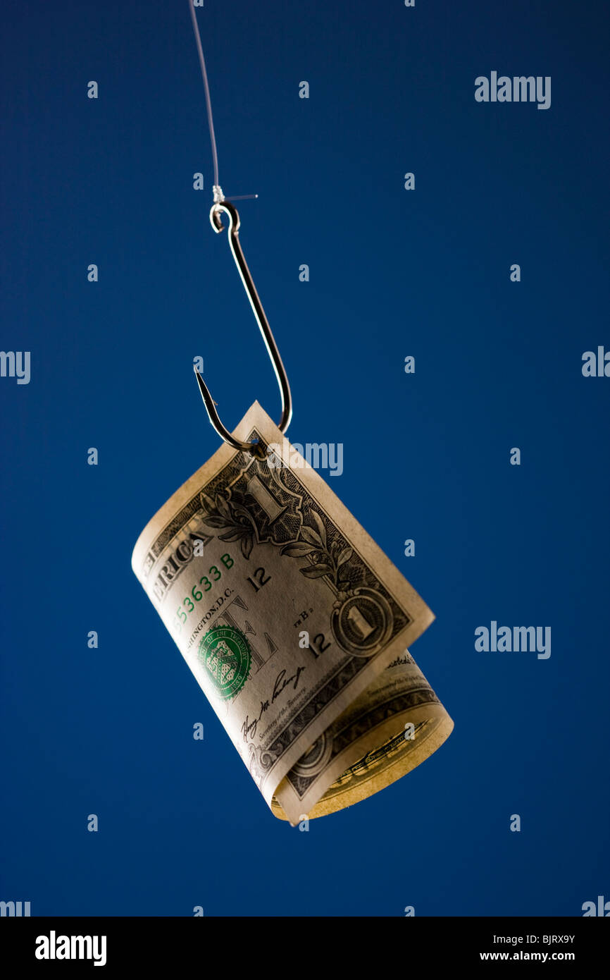 Un dollar bill en crochet, contre fond bleu Photo Stock