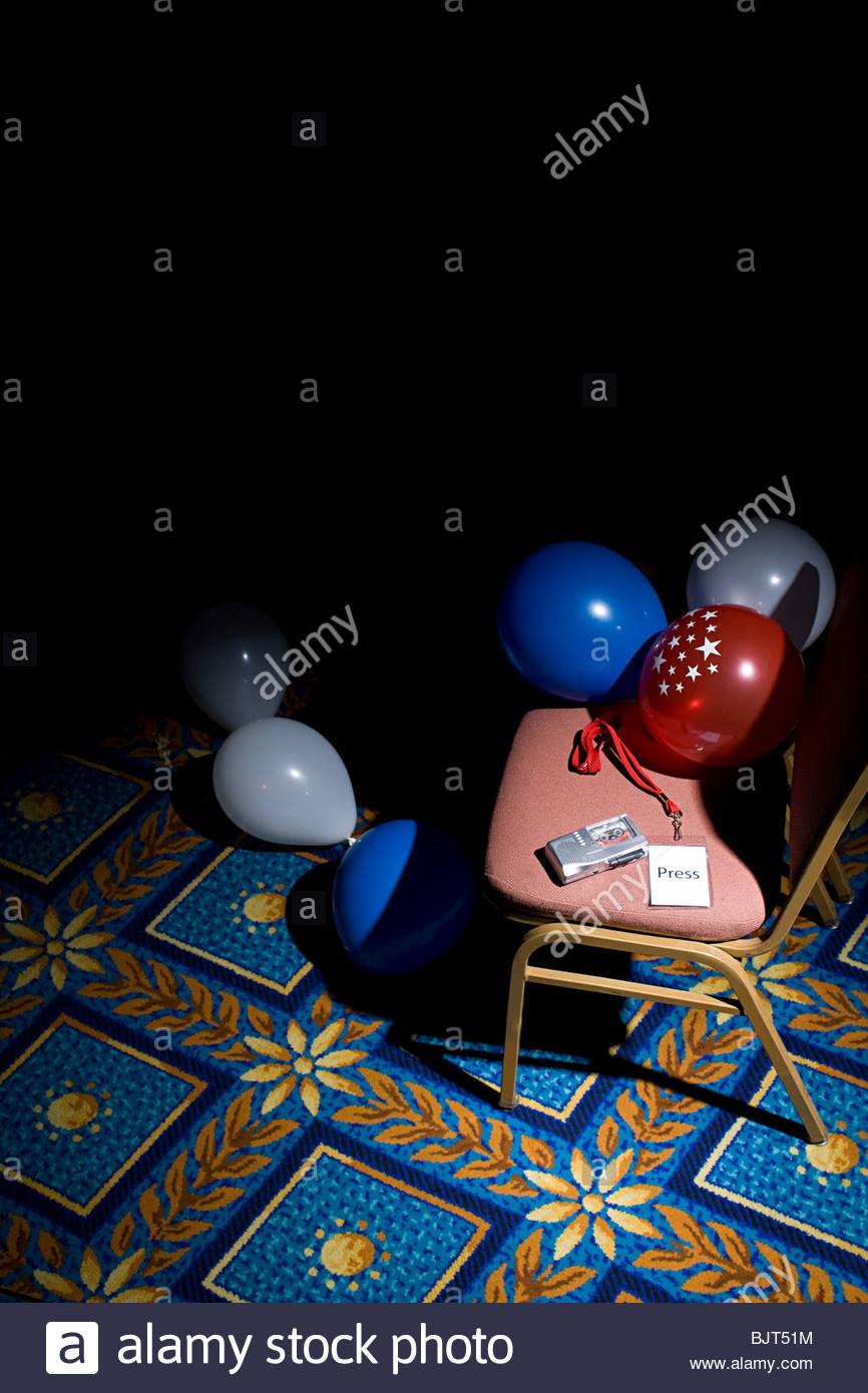 Une carte de presse et magnétophone sur une chaise Photo Stock