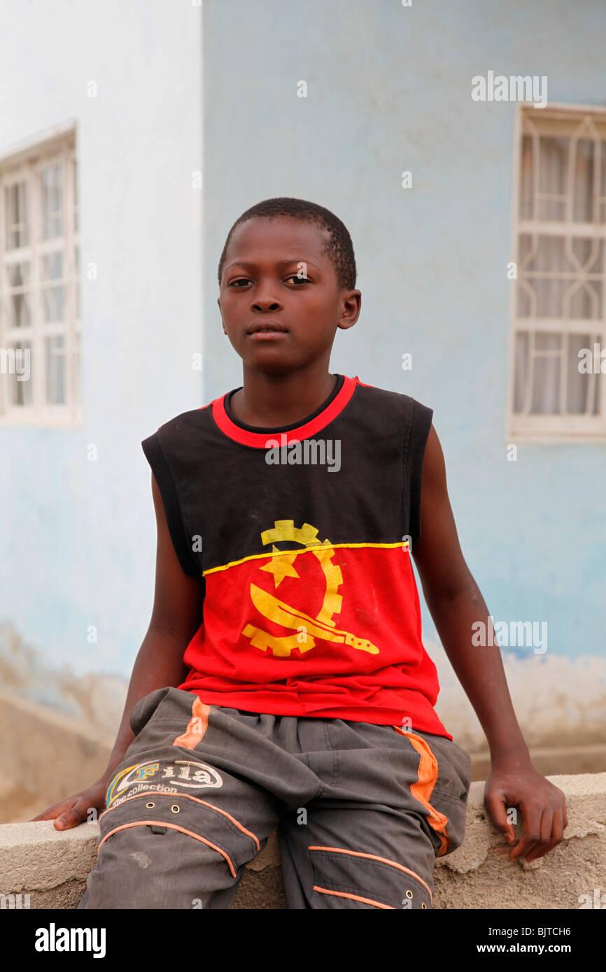 Jeune garçon portant un T-shirt affichant le symbole et les couleurs nationales. Benguela. L'Angola. L'Afrique. Photo Stock