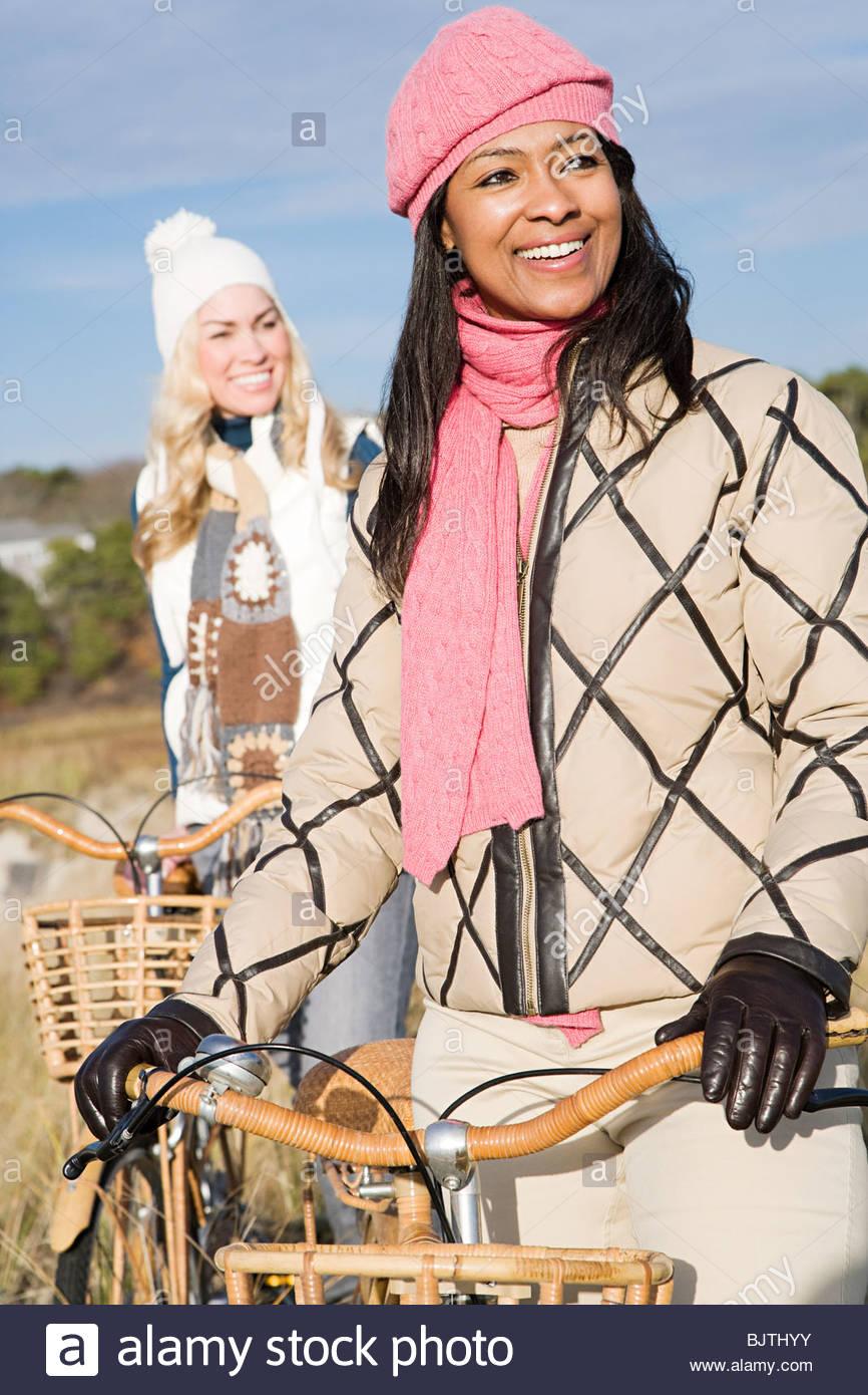 Deux femmes avec des bicyclettes Photo Stock