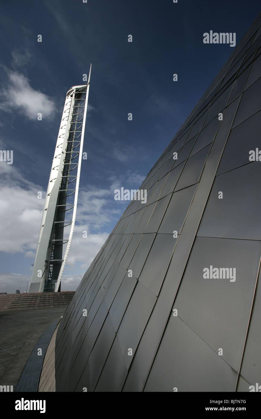 Ville de Glasgow, en Écosse. Vue rapprochée de la Science Centre de Glasgow avec revêtement titane Tour et dans l'arrière-plan. Banque D'Images