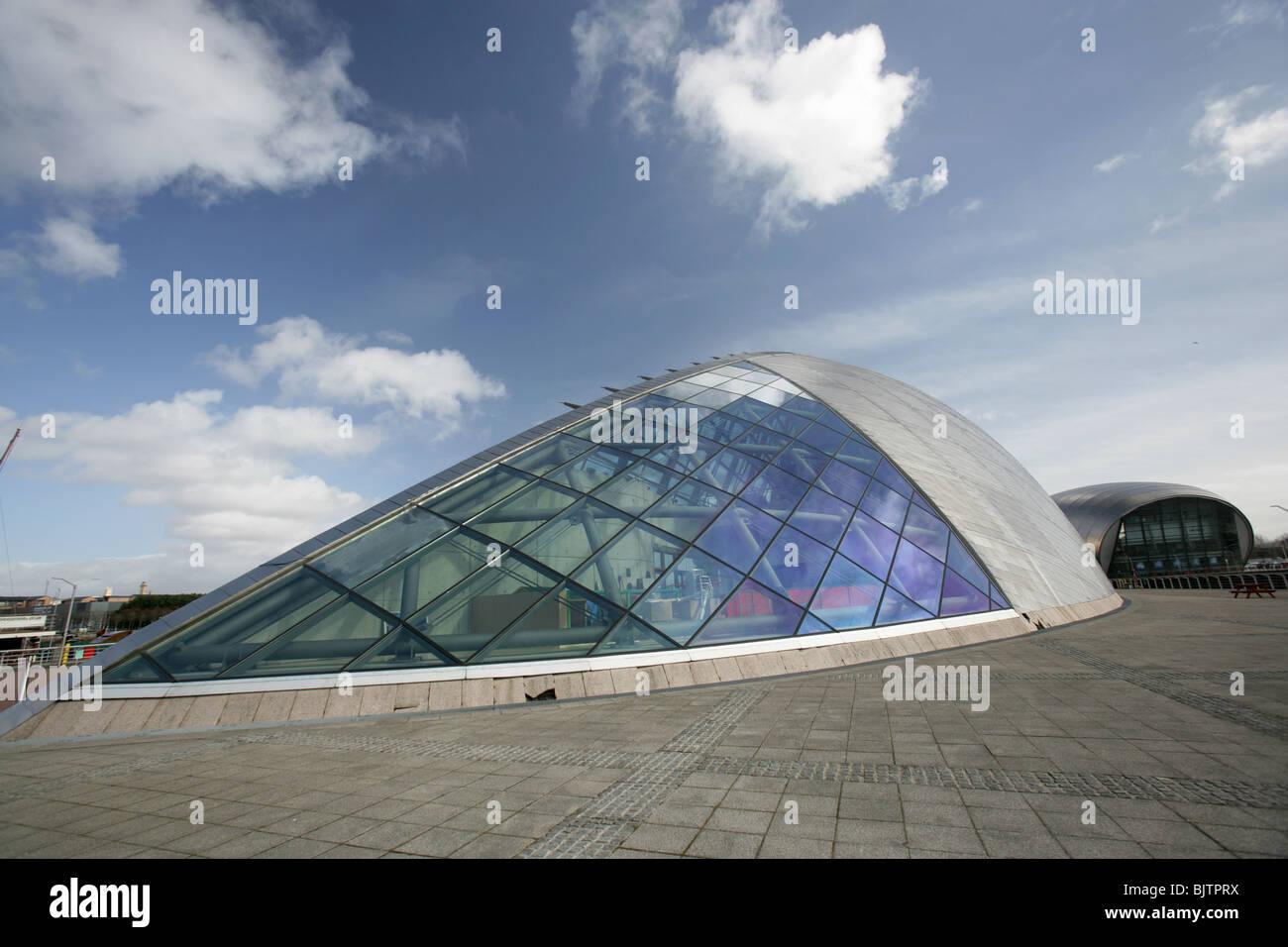 Ville de Glasgow, en Écosse. Large vue rapprochée de la Science Center avec le cinéma IMAX dans l'arrière-plan. Banque D'Images