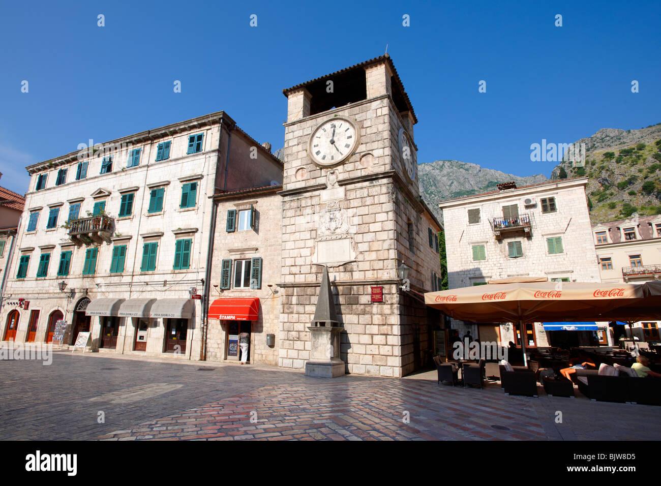 Places d'armes, la place principale de la ville avec la tour de l'horloge érigée en 1602. Kotor, Monténégro. Banque D'Images