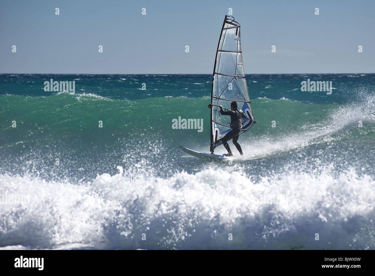 Planche à voile sur les plages de Masnou, près de Barcelone. L'Espagne. Photo Stock