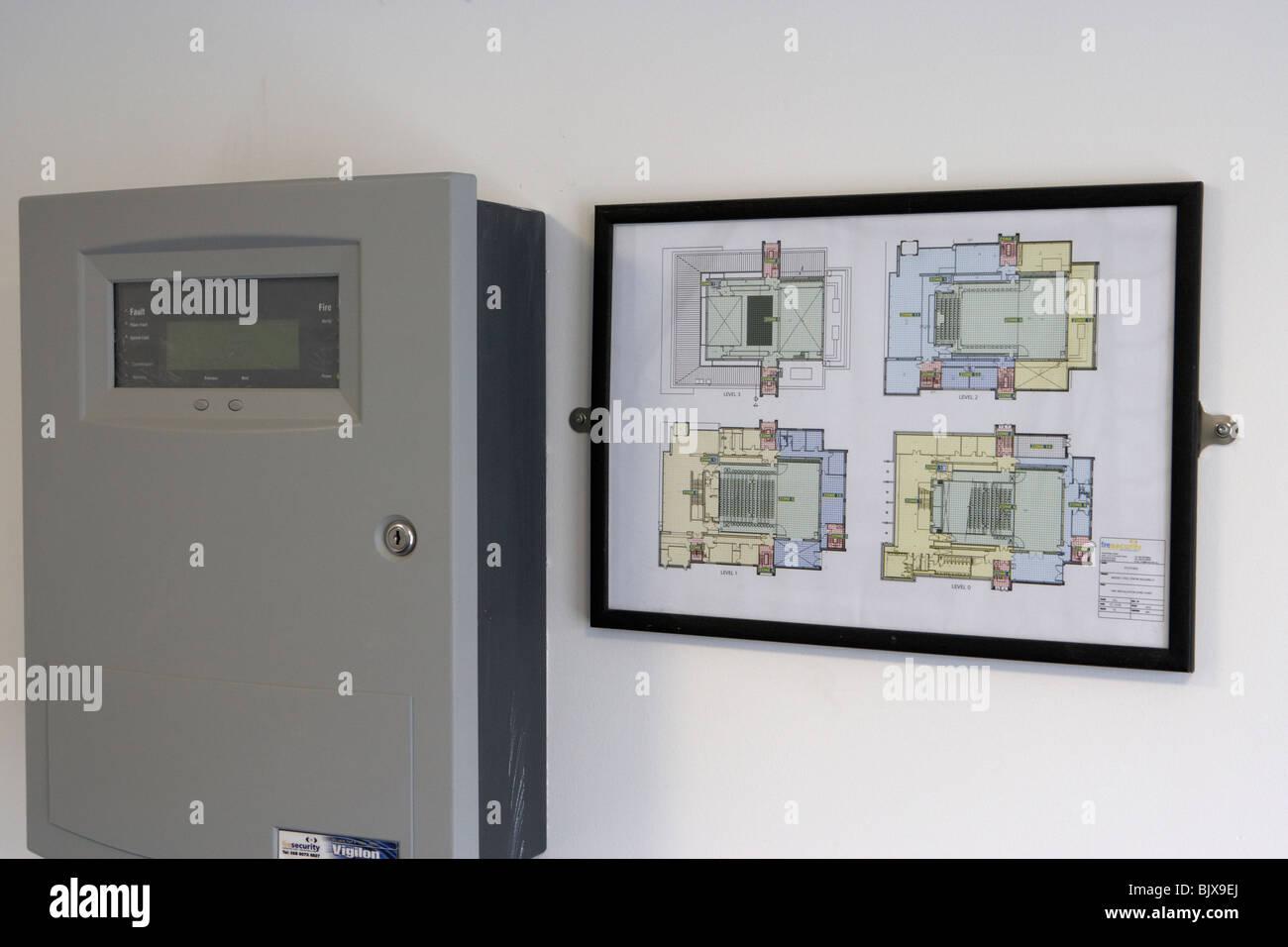 Panneau d'alarme incendie et des plans de disposition du bâtiment dans un bâtiment moderne Photo Stock
