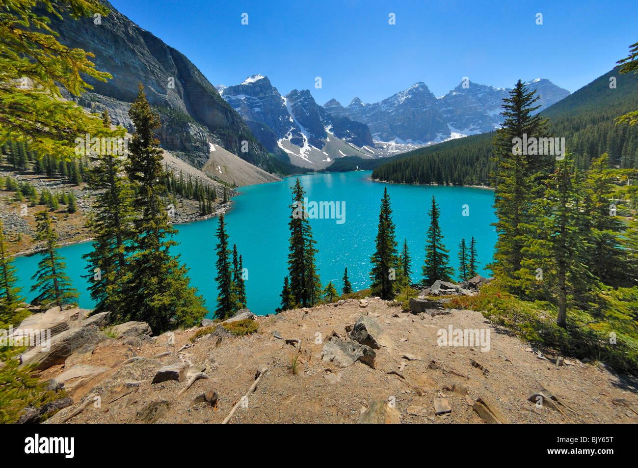 Le lac Moraine dans la province d'Alberta, Canada, est un des plus beaux lacs du pays. Photo Stock