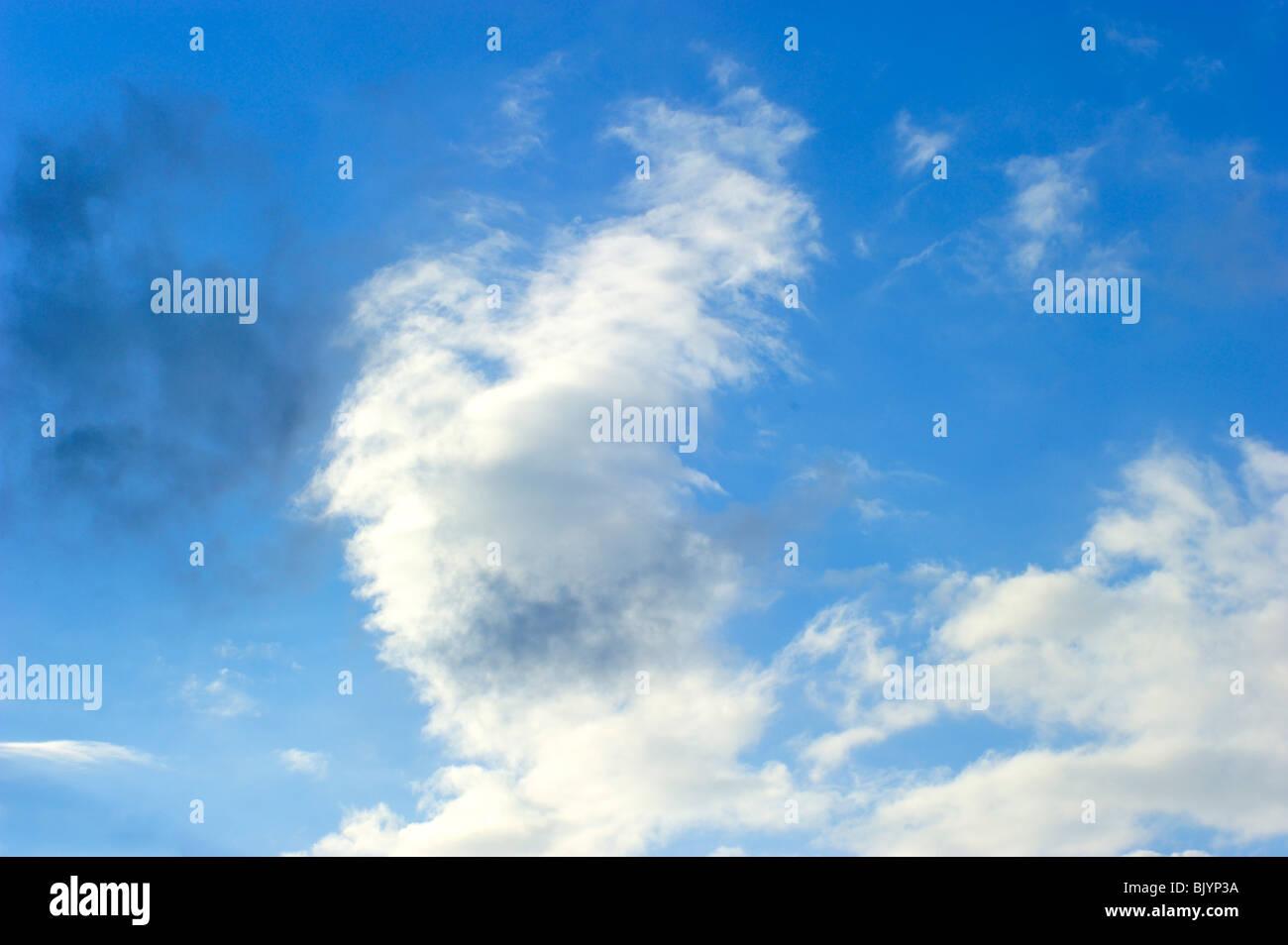 Joli ciel bleu brillant dans les nuages juste après la pluie, avec nuage noir partiellement Photo Stock