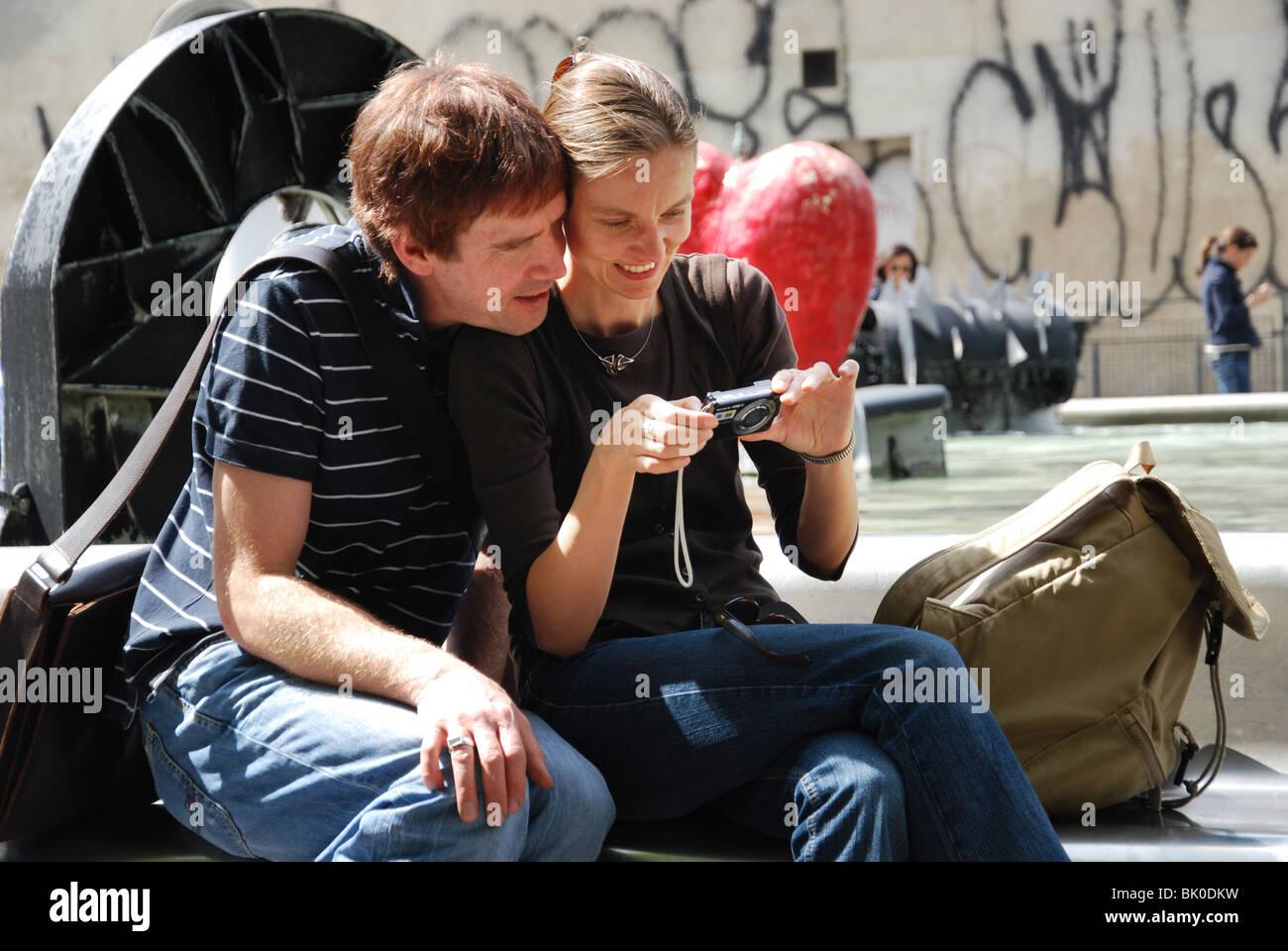 Couple checking in Paris France Banque D'Images