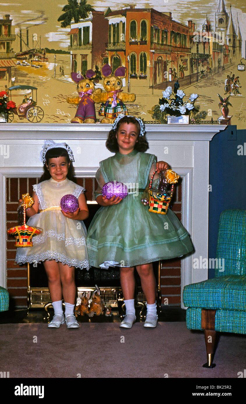 Deux filles américaines posent avec leurs oeufs de Pâques dans les années 1950 Photo Stock