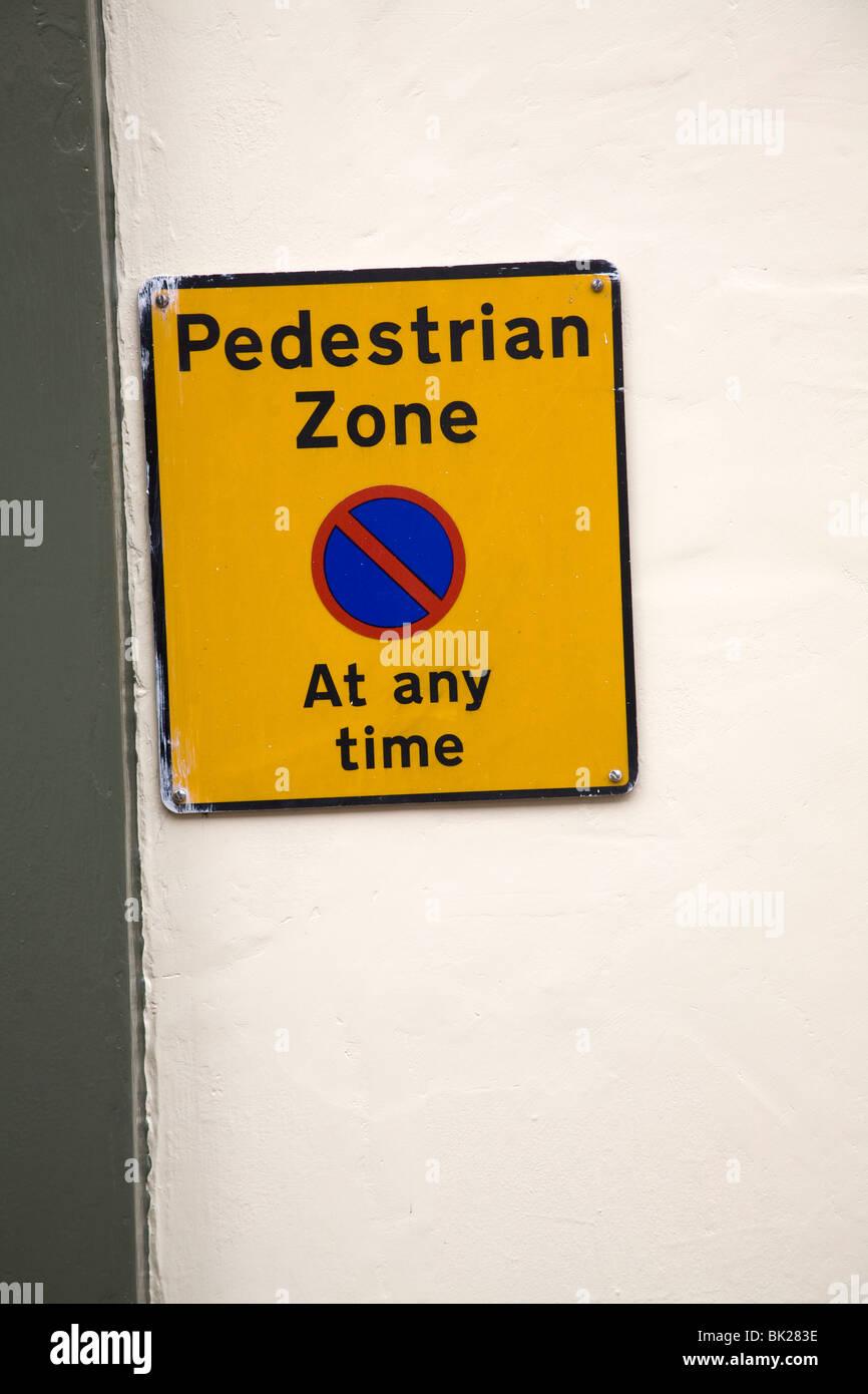 Inscription Zone piétonne de restriction de stationnement en tout temps Photo Stock