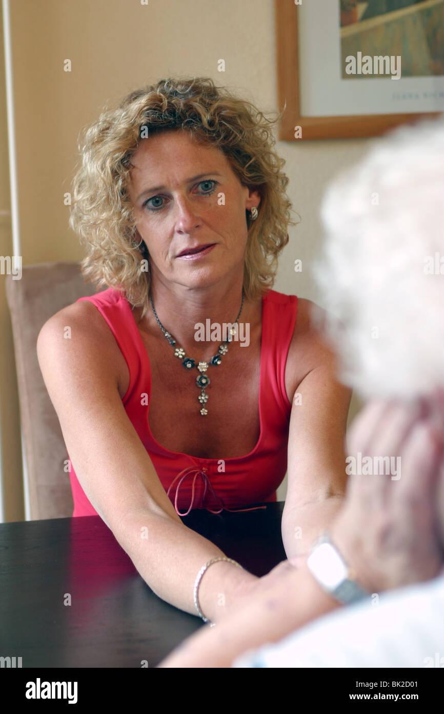 Femme adulte parlant avec sa vieille mère donnant des conseils judicieux Banque D'Images