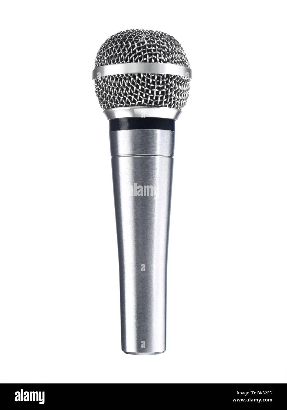 Un microphone métallique isolé sur un fond blanc. Photo Stock