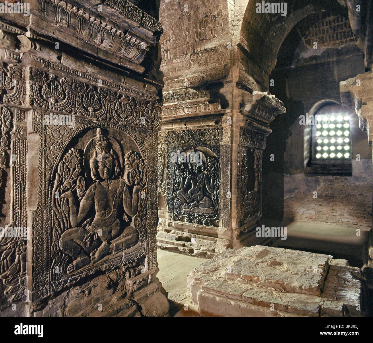 Le sanctuaire intérieur de temple Nanpaya, avec images brahmanique sculptés sur les piliers, Bagan (Pagan), Photo Stock