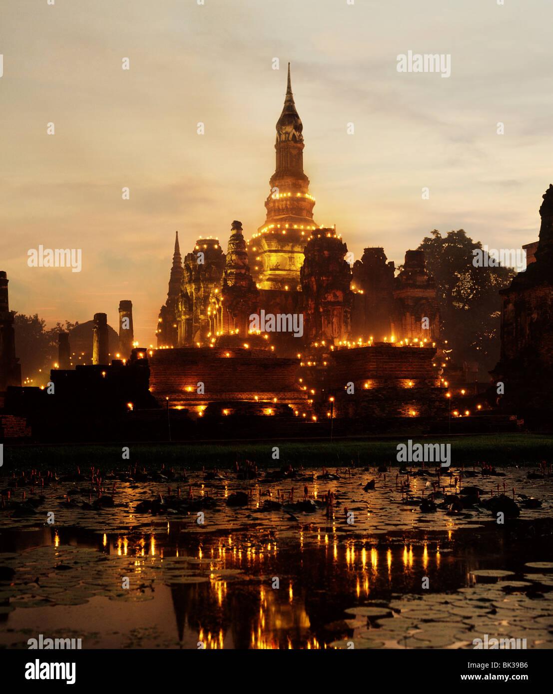 Temple allumé pendant le Festival Loy Krathong, Sukhothai, Thaïlande, Asie du Sud, Asie Banque D'Images