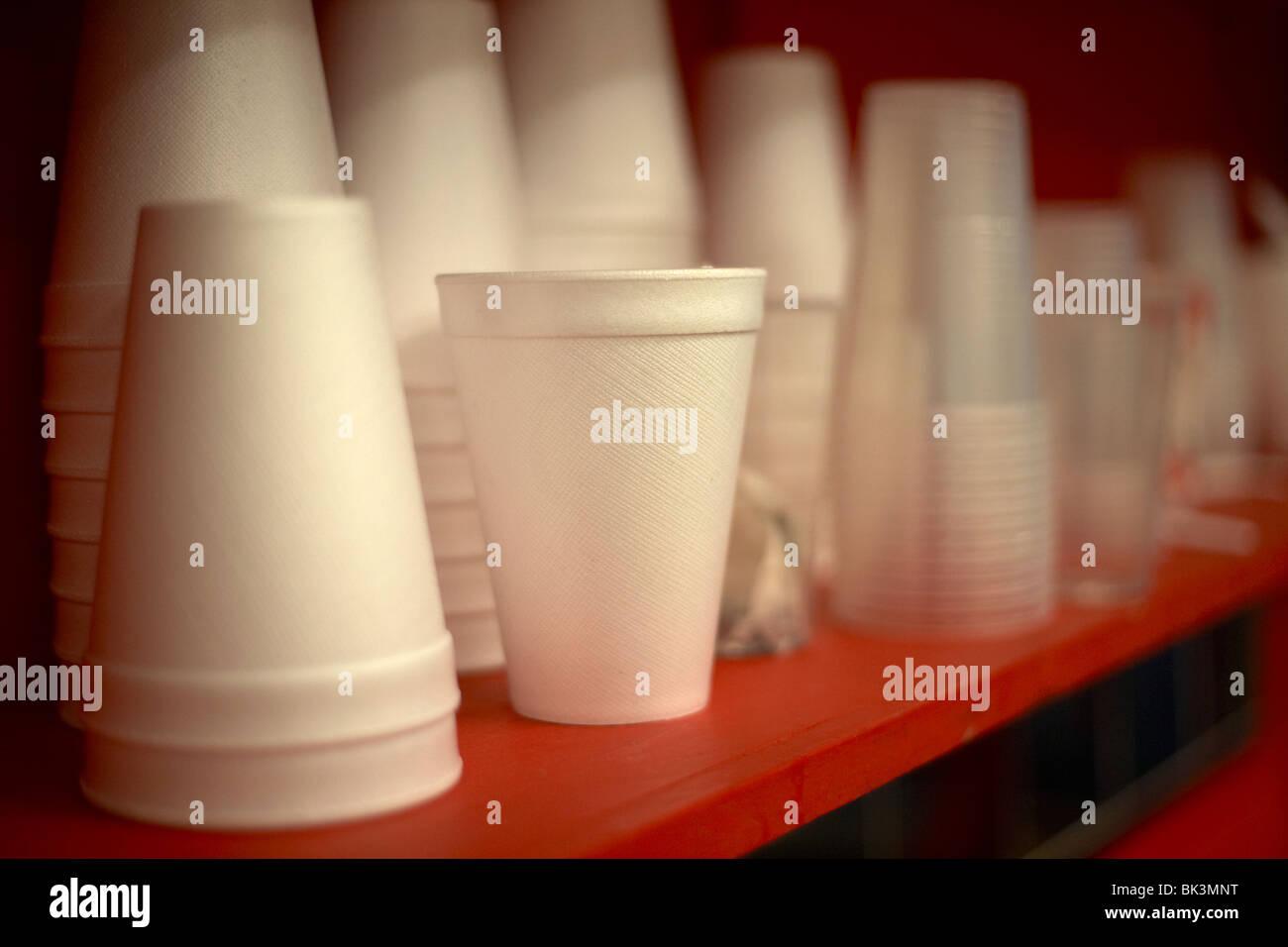 Tas de nouvelles tasses en polystyrène assis sur un plateau rouge, selective focus Photo Stock