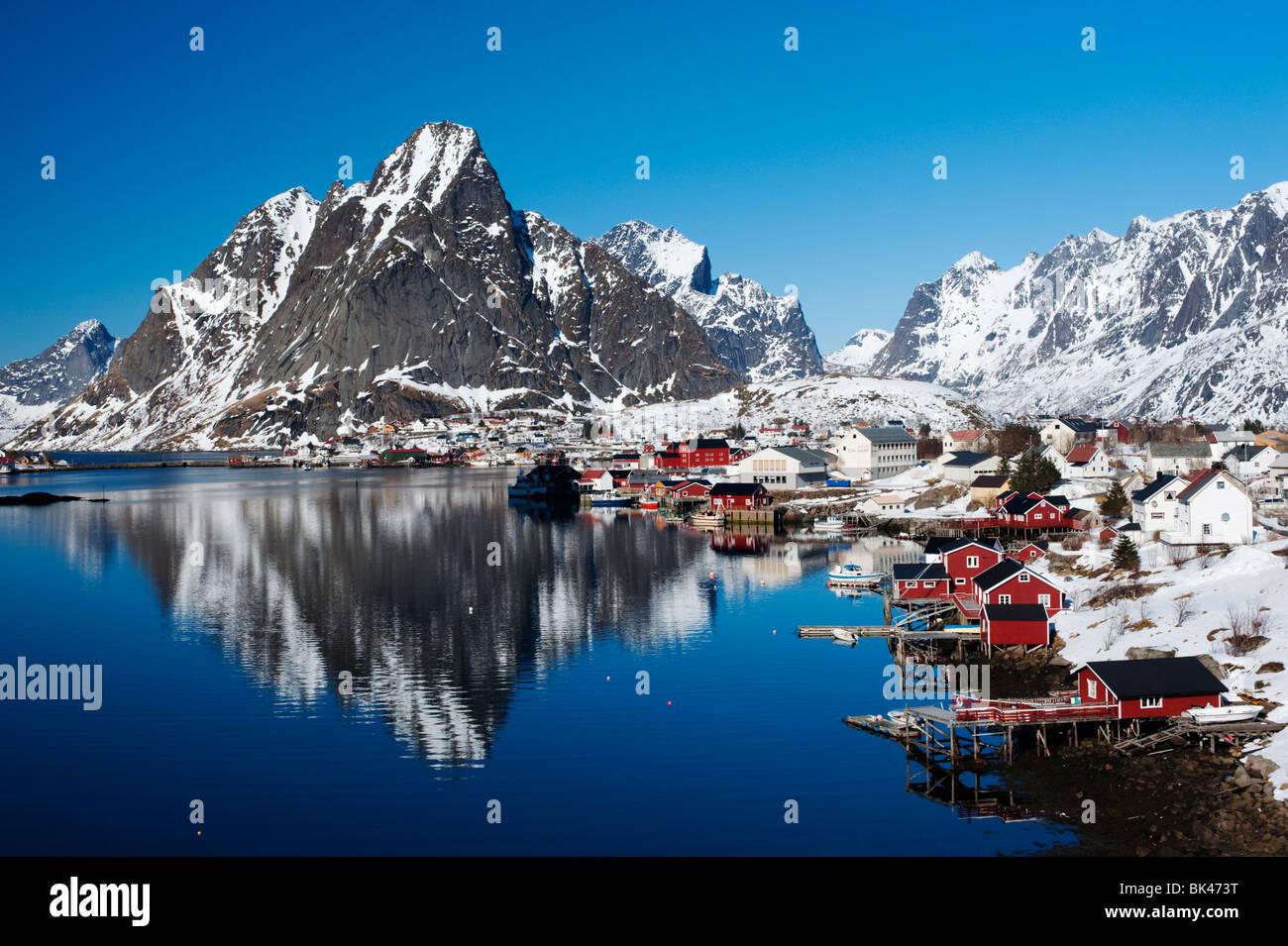 Îles Lofoten; vue sur le village de Reine dans la région de Moskenes en Norvège en hiver 2010 Photo Stock