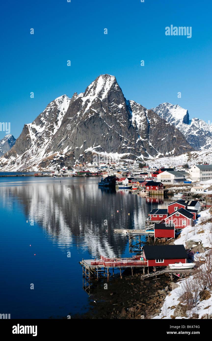 Vue sur le village de reine à Moskenes dans îles Lofoten en Norvège en hiver 2010 Photo Stock