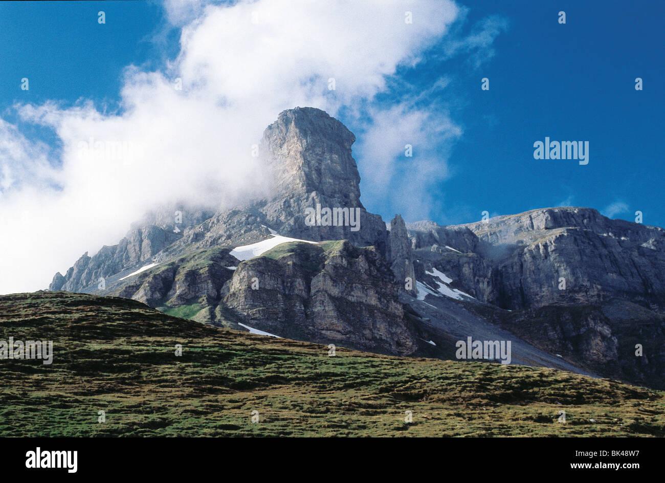 Rock formations à Klausen Pass (Klausenpass) qui est un col des Alpes suisses dans la connexion de cantons d'Uri Banque D'Images