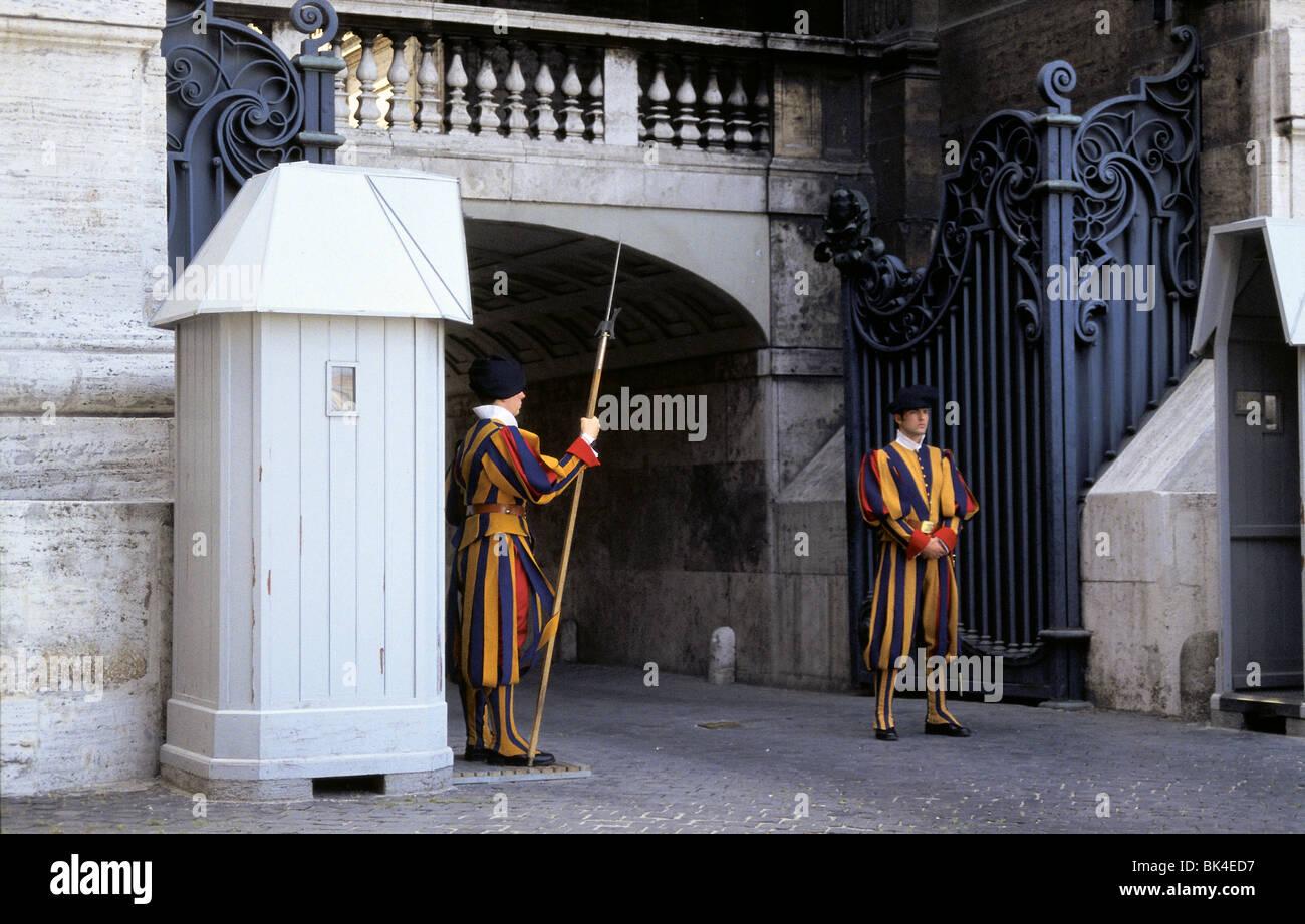 Gardes suisses à l'extérieur de la Basilique Saint Peterís, Rome Banque D'Images