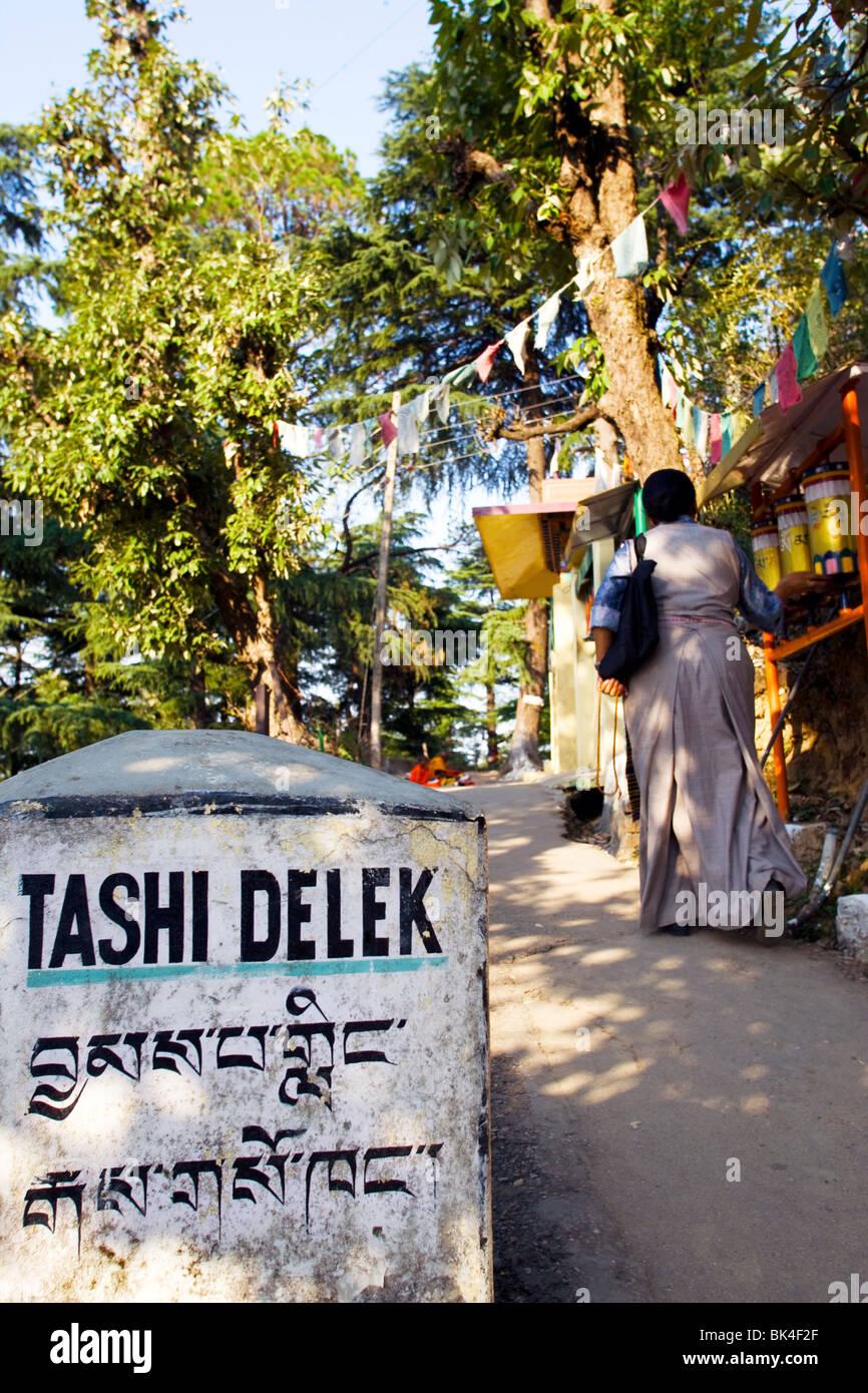 Panneau de bienvenue le long chemin de méditation à Dharamsala, Inde Photo Stock