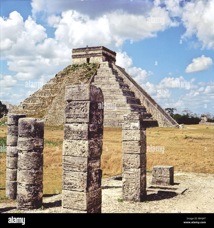 Kukulcan Pyramide comme vu à partir d'un groupe de colonnes sur le Temple des Guerriers, Chichen-Itza, Yucatan, Mexique Banque D'Images