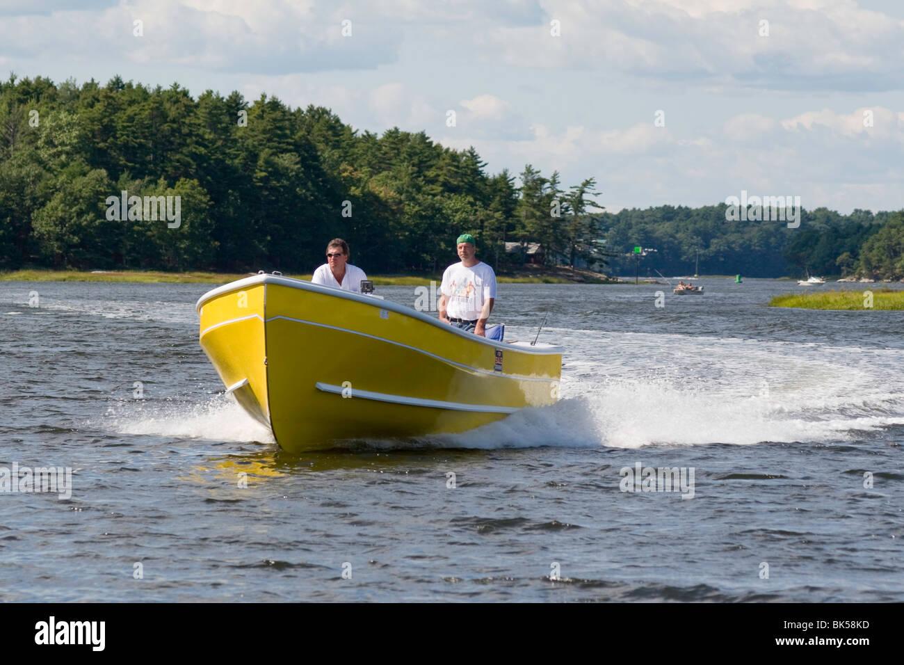 Un bateau à moteur rapide et robuste par un jour de vent sur la rivière Maine, Sasanoa Photo Stock