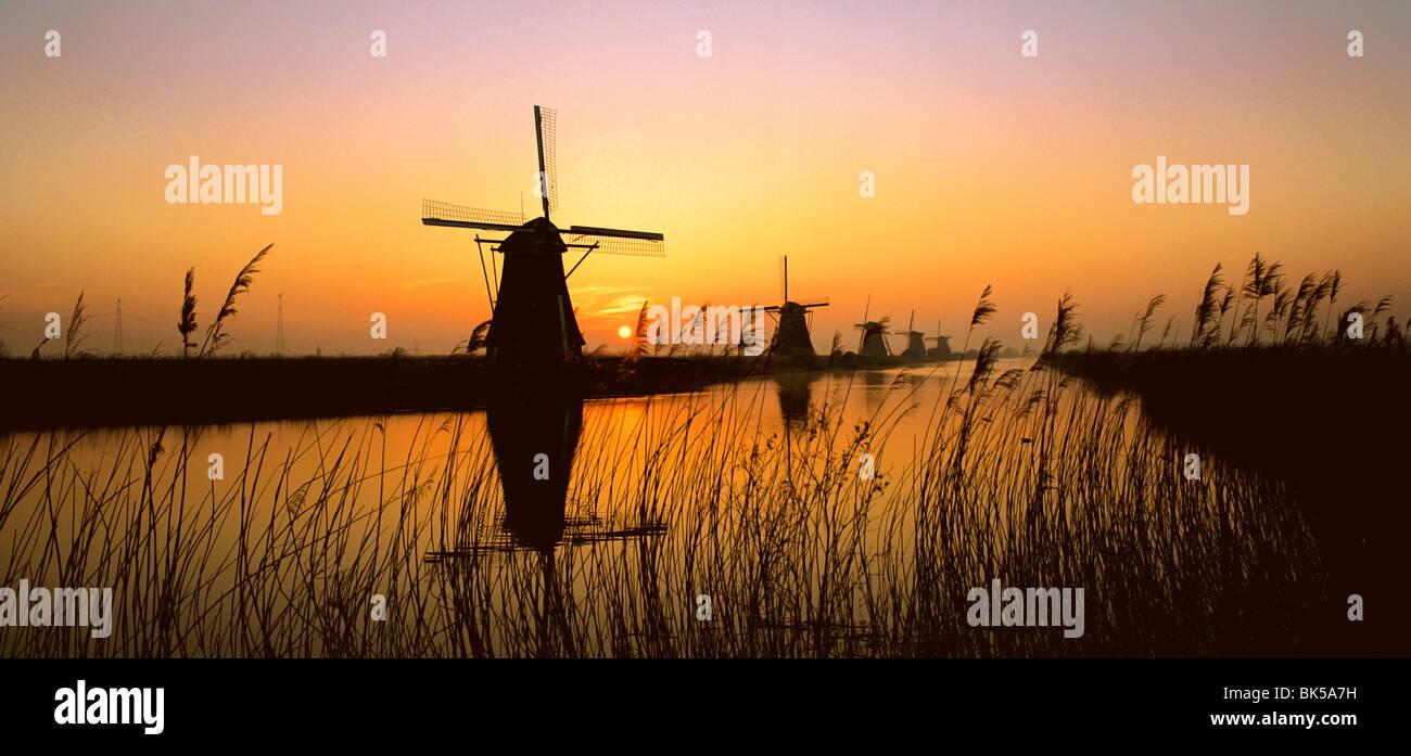 Les moulins à vent, Kinderdijk, UNESCO World Heritage Site, Pays-Bas, Europe Banque D'Images