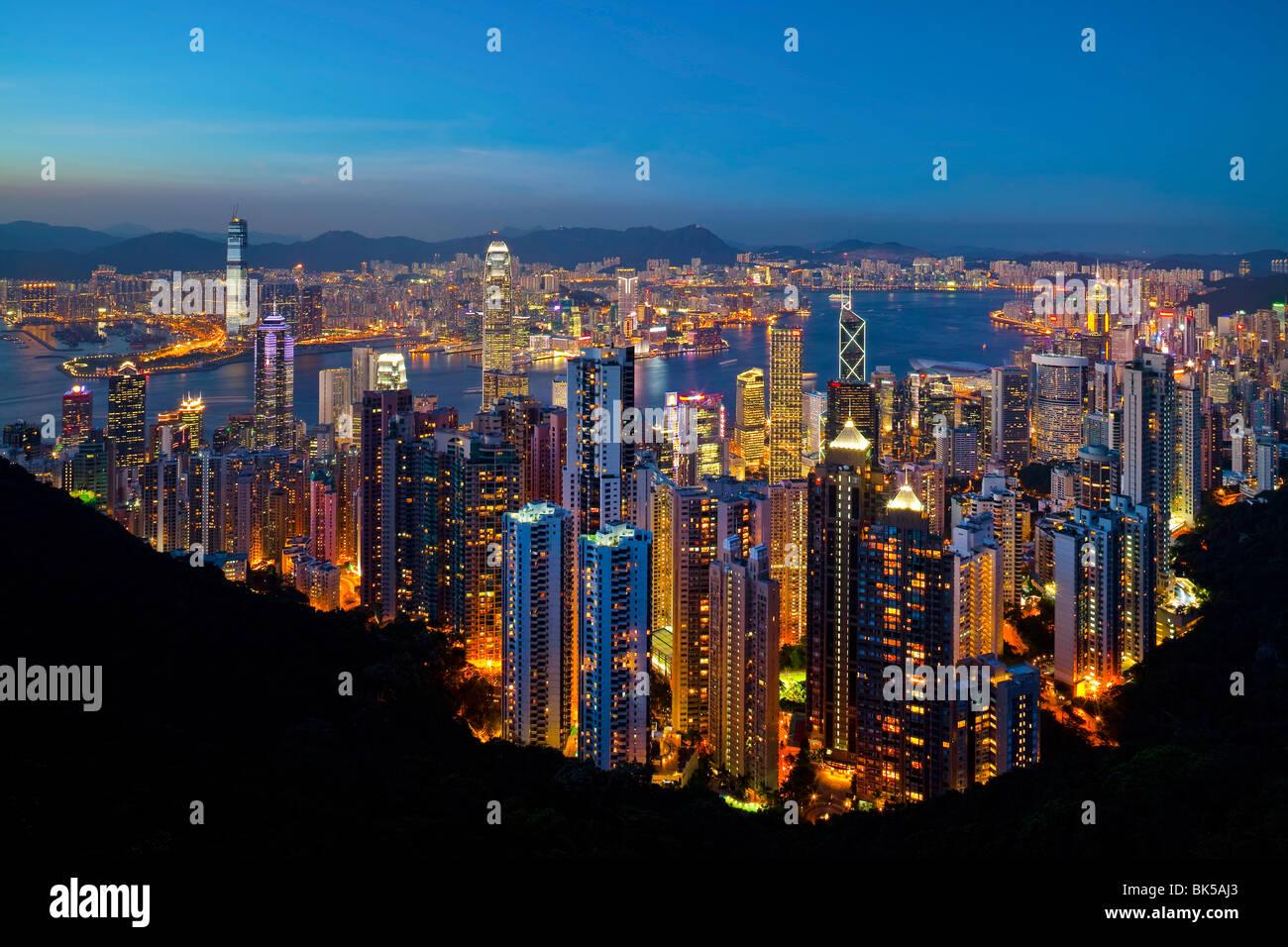 Vue sur Hong Kong depuis le Victoria Peak, l'horizon lumineux de Central se trouve en dessous du Pic, Pic Victoria, Photo Stock