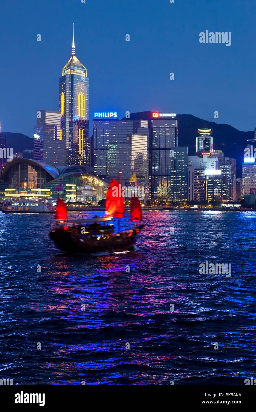 Vue de Kowloon de l'une des dernières jonques à chinois sur le port de Victoria, Hong Kong, Chine, Photo Stock