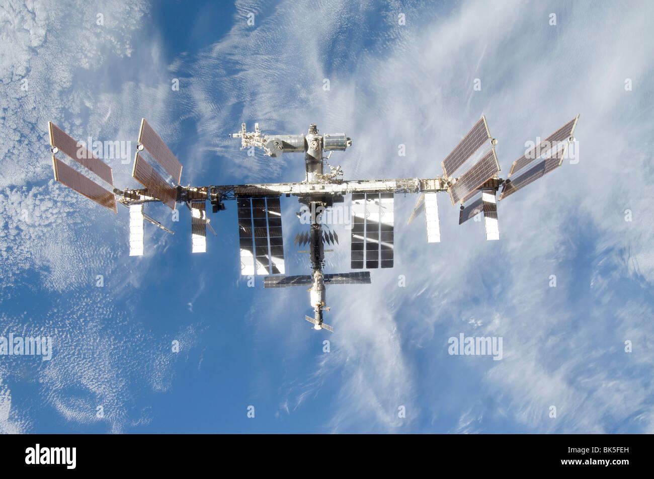 Backdropped partie de la masse de la Station spatiale internationale est considérée à partir de la Photo Stock