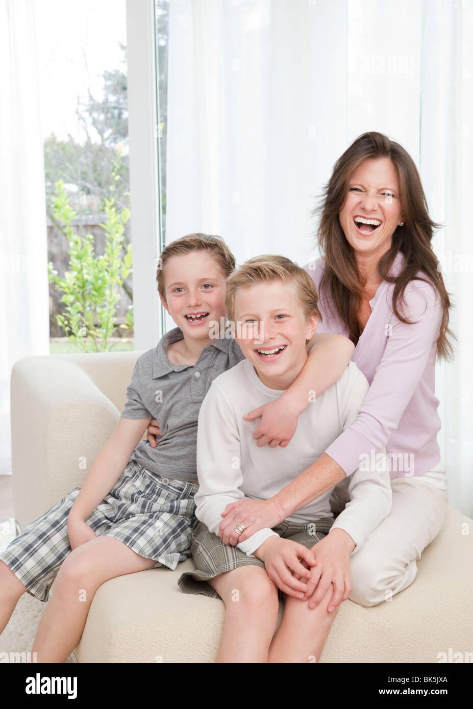 Mère et fils sur canapé Photo Stock