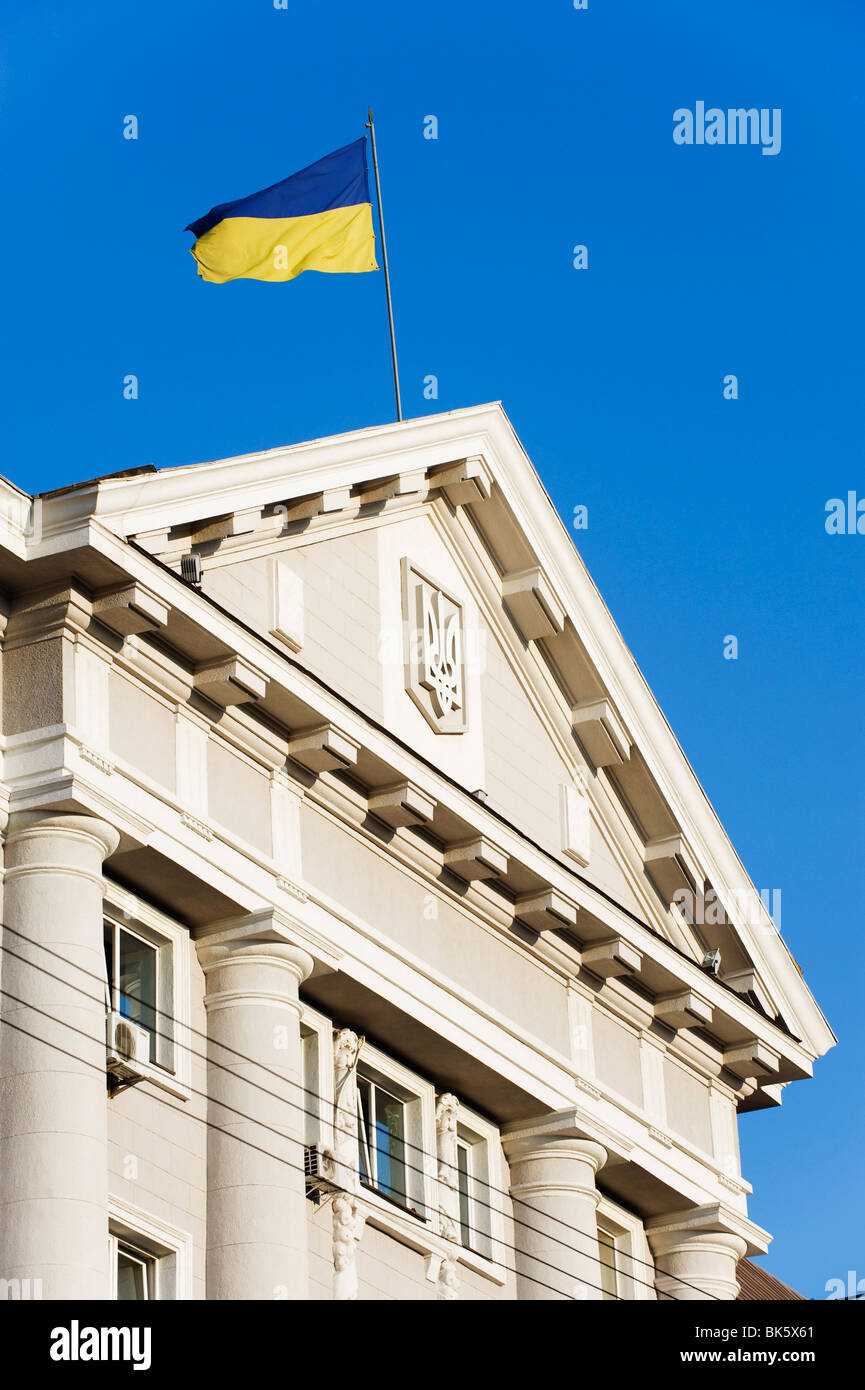 Drapeau de l'Ukraine au sommet de l'architecture classique, Kiev, Ukraine, l'Europe Photo Stock