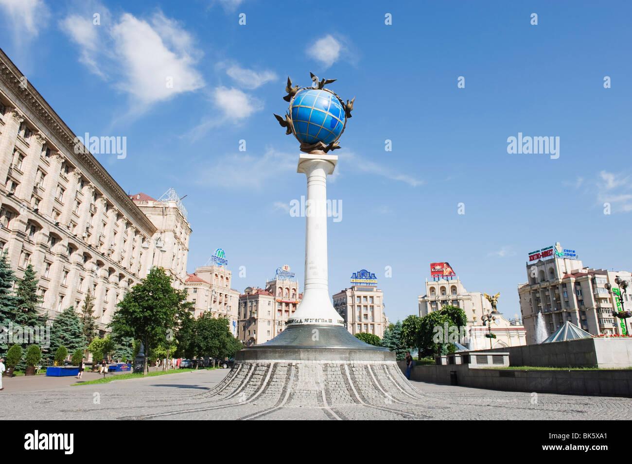 Satue d'un globe bleu avec colombes de paix, Maidan Nezalezhnosti (Place de l'indépendance), Kiev, Photo Stock