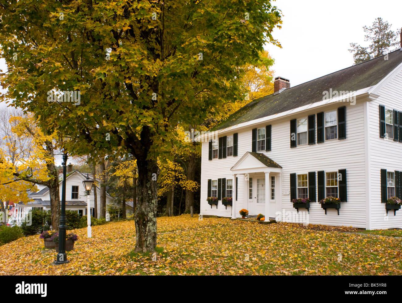 Une vieille maison entourée de feuilles d'automne dans la région de Grafton, New York, la Nouvelle Photo Stock