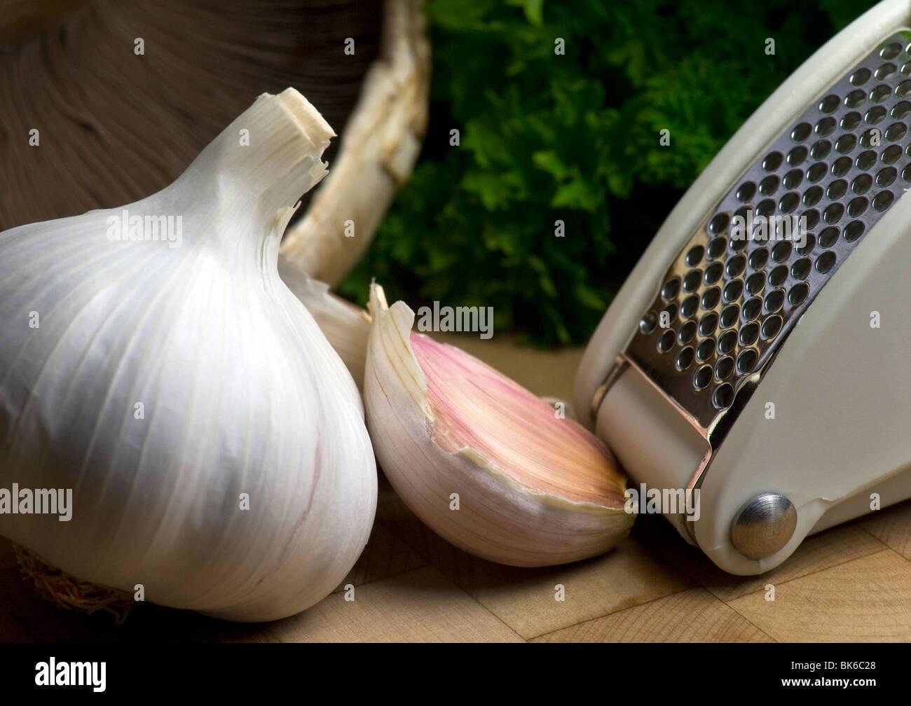 L'ail et l'Ail, appuyez sur sur un billot en bois Photo Stock