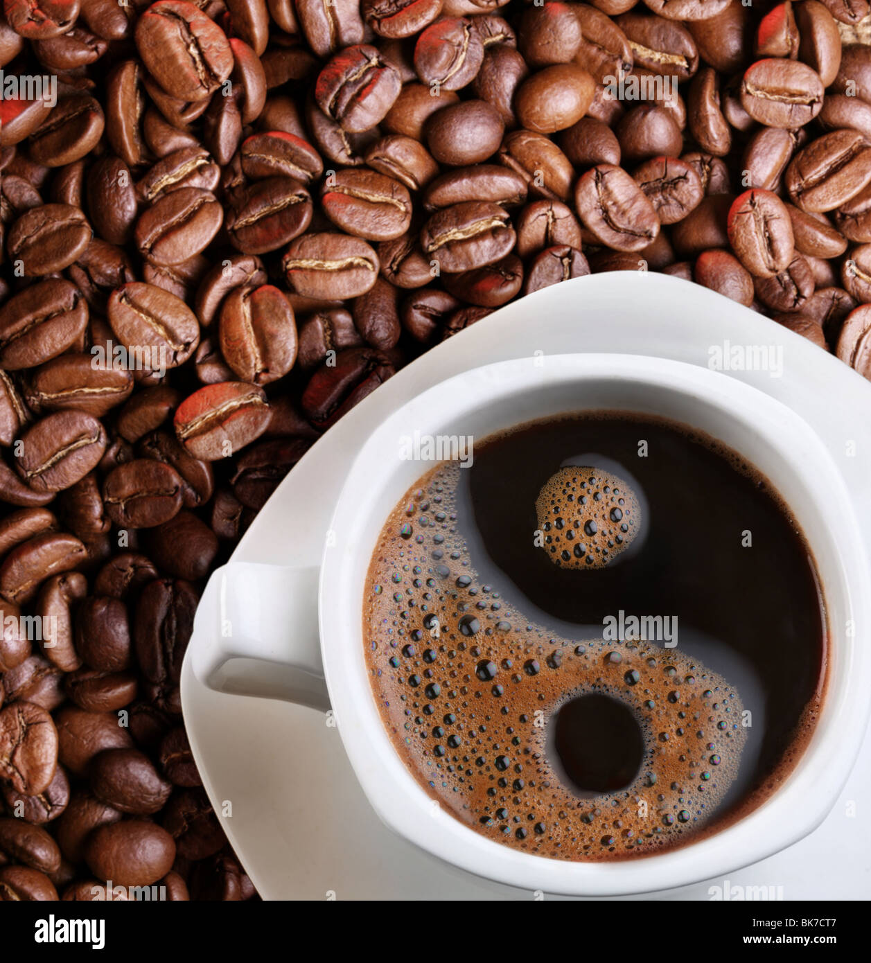 La mousse dans une tasse de café comme un symbole du Yin Yang Banque D'Images