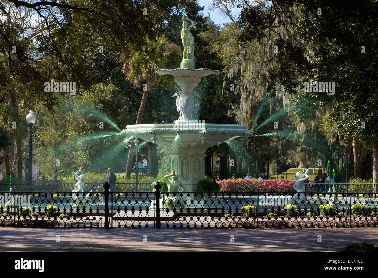 La grande fontaine dans Forsyth Park, de l'eau teint en vert pour la semaine précédant le jour de la Saint Patrick, Savannah, Géorgie Banque D'Images