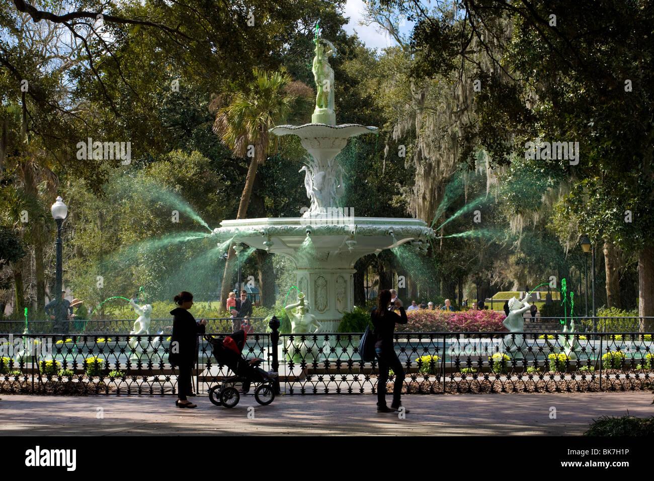 La grande fontaine dans Forsyth Park, de l'eau teint en vert pour la semaine précédant le jour de la Saint Patrick, Savannah, Georgia, USA. Banque D'Images