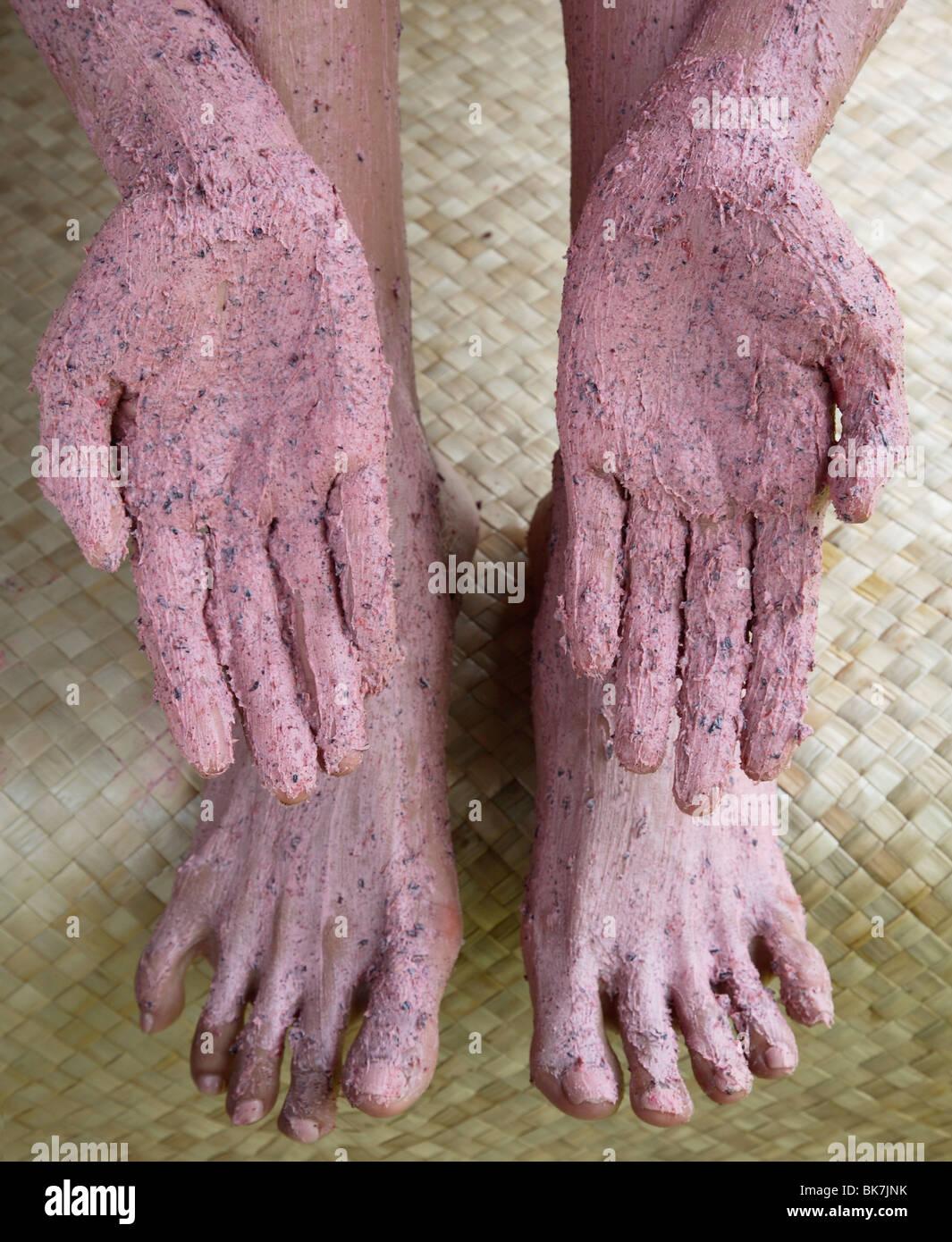 Close-up de Roselle exfoliant corps traitement sur les mains et les pieds Photo Stock