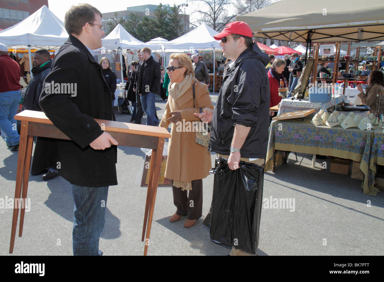 Marché de l est Washington DC 7e rue SW brocante homme femme craft table  console 38d56634df70
