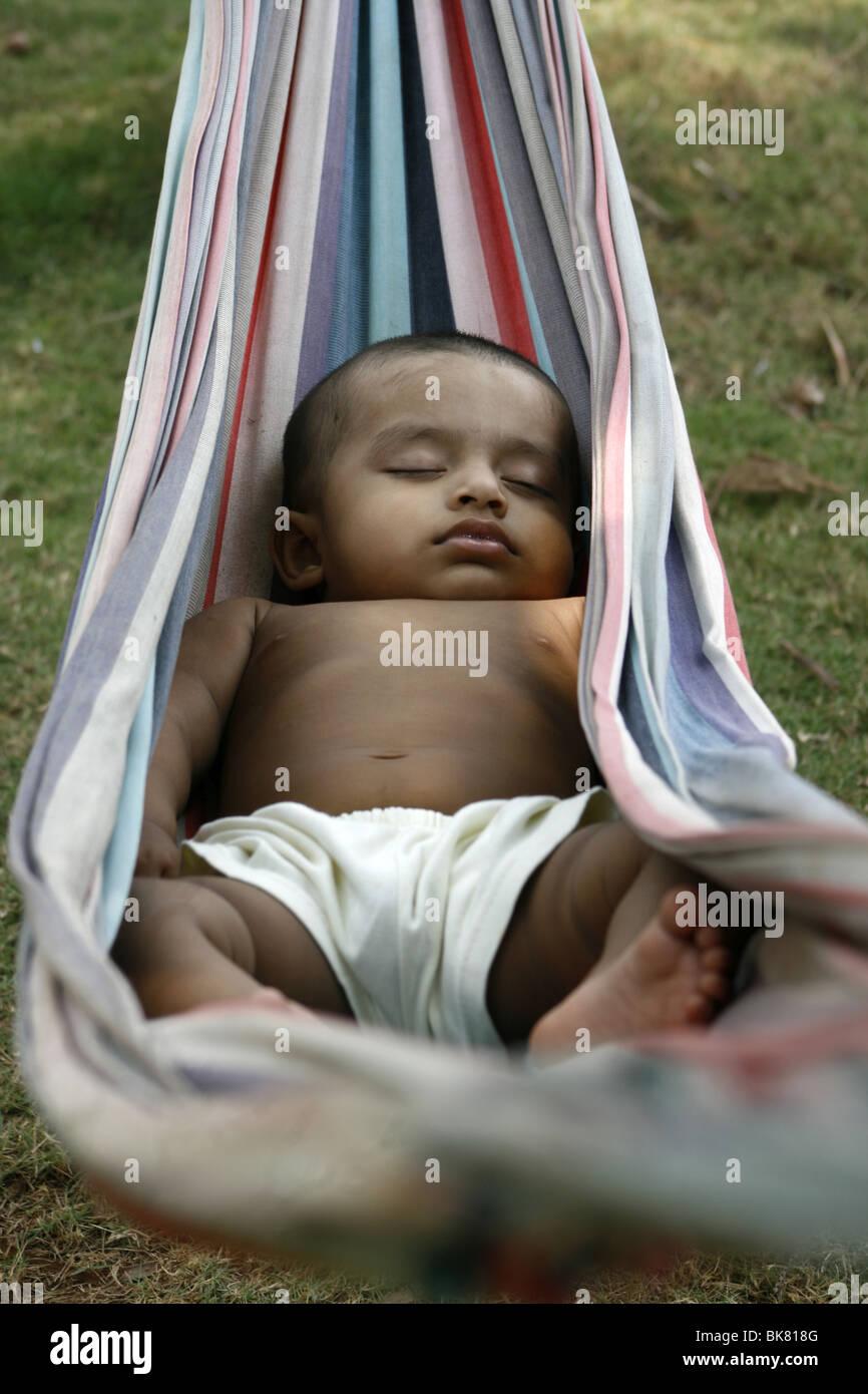 1 ans d'enfants dormir sur un hamac Photo Stock